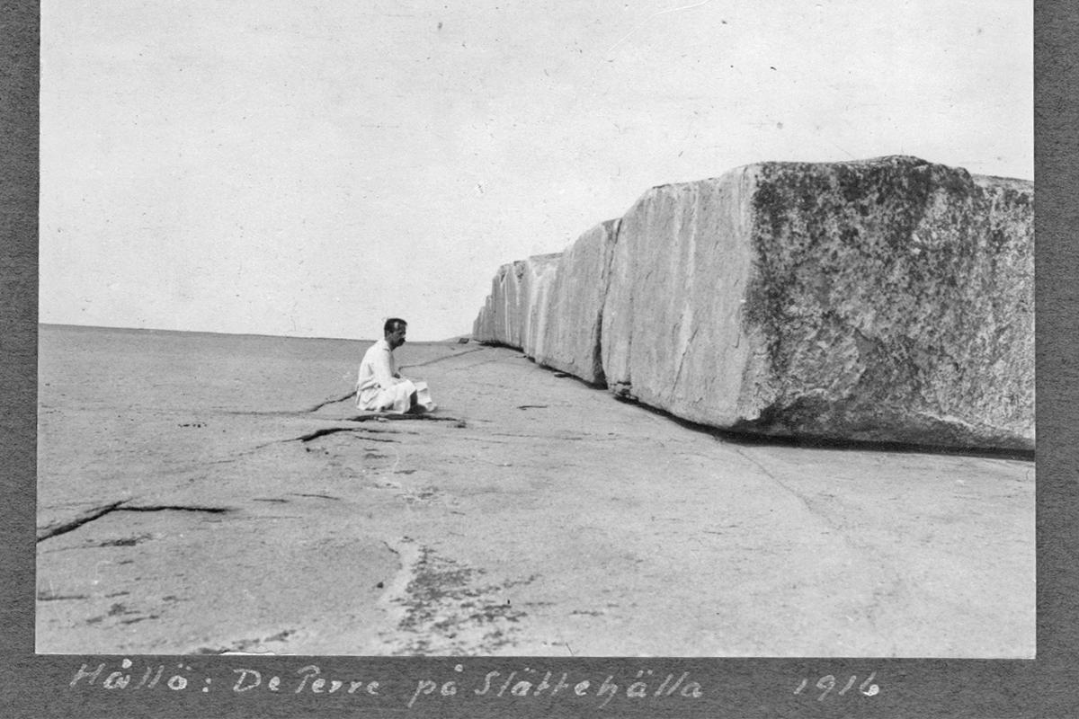 Man vilar på klipporna på Hallö 1916