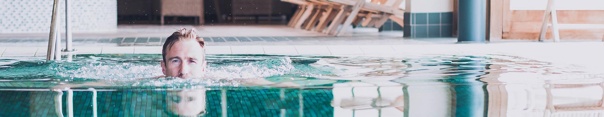 Simmar i en av Smögen Hafvsbad pooler i spaavdelningen
