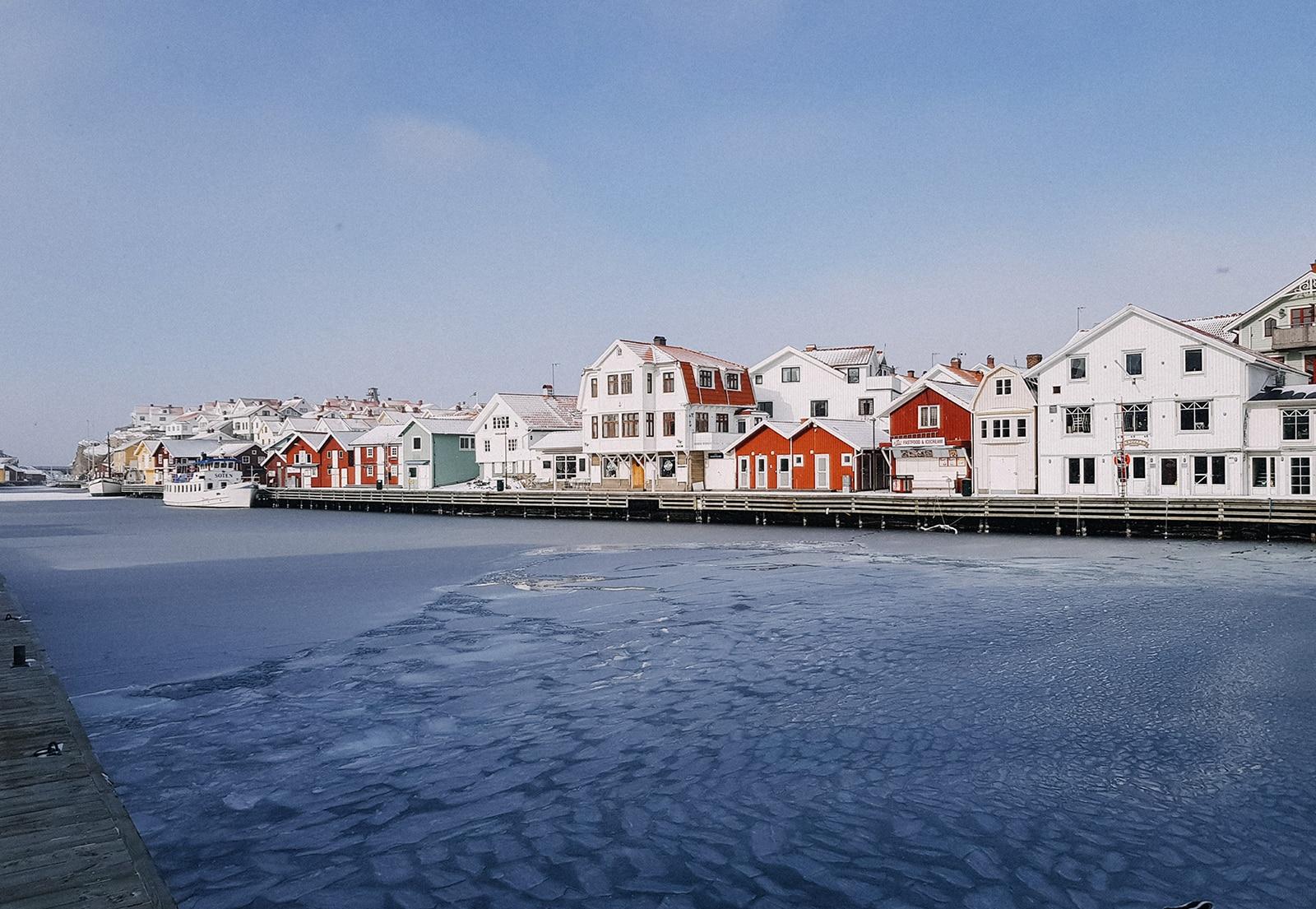Smögens hamn och smögenbryggan under vintertid