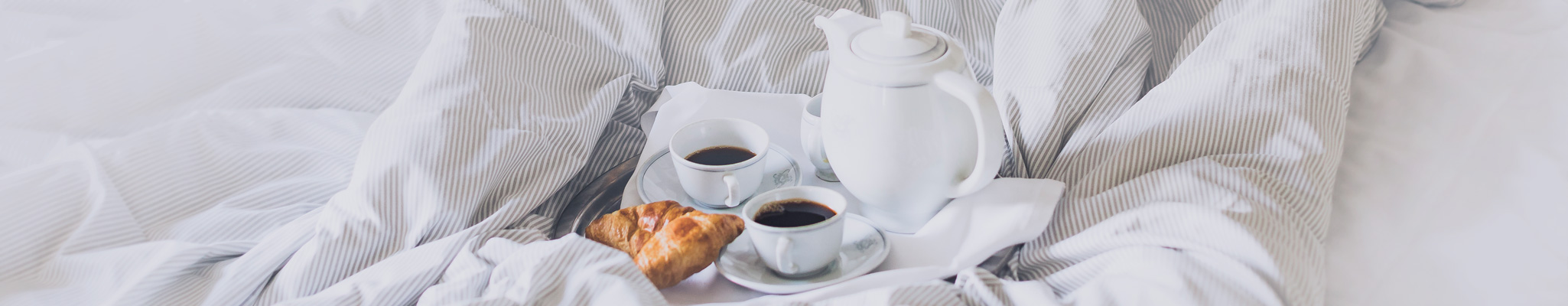 Frukost på sängen i ett av Smögens Hafvsbad hotellrum