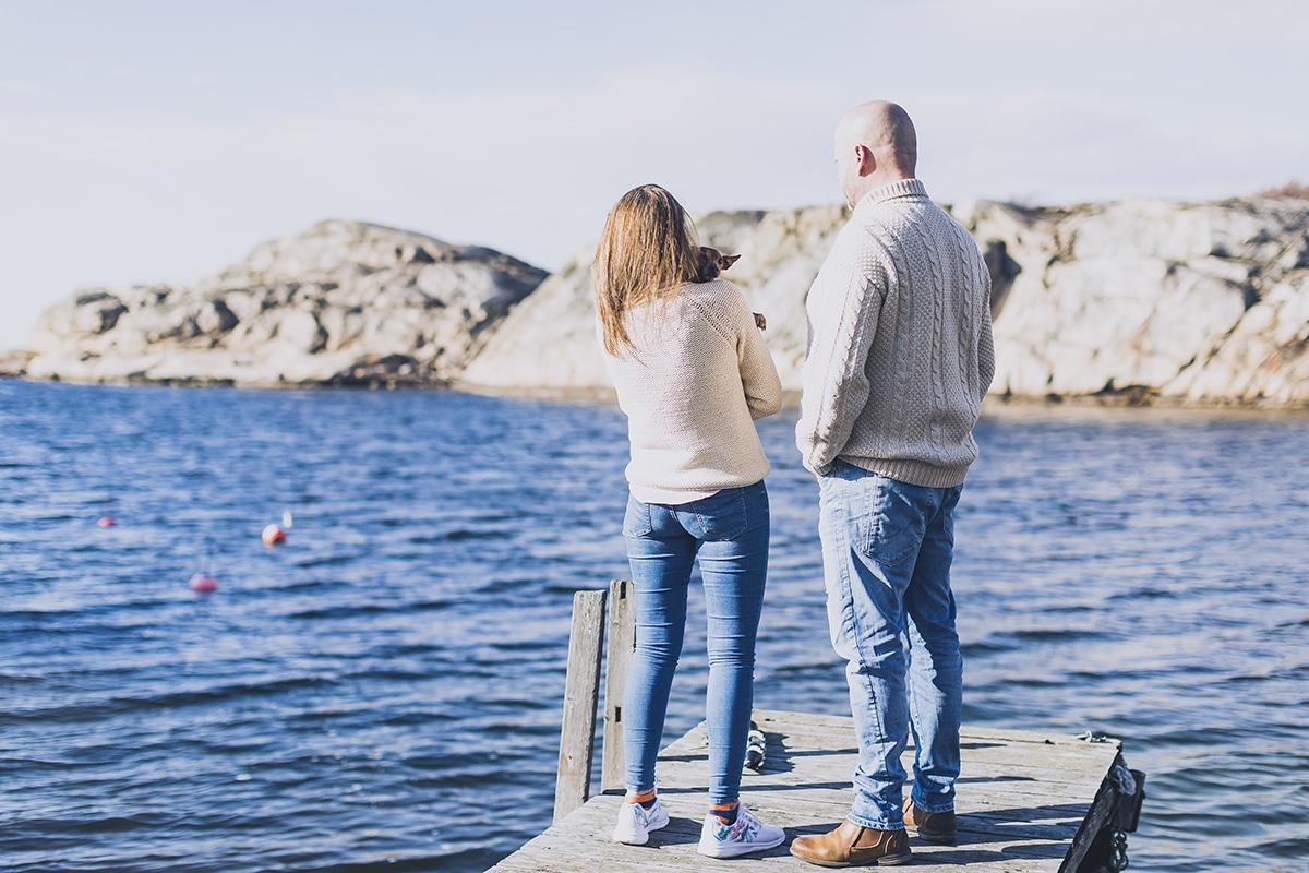 Par står utanför Smögens hafvsbad på en brygga framför havet