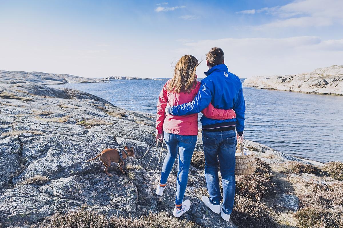 Ett par står bland Smögens klippor i närheten av Smögens Hafvsbad