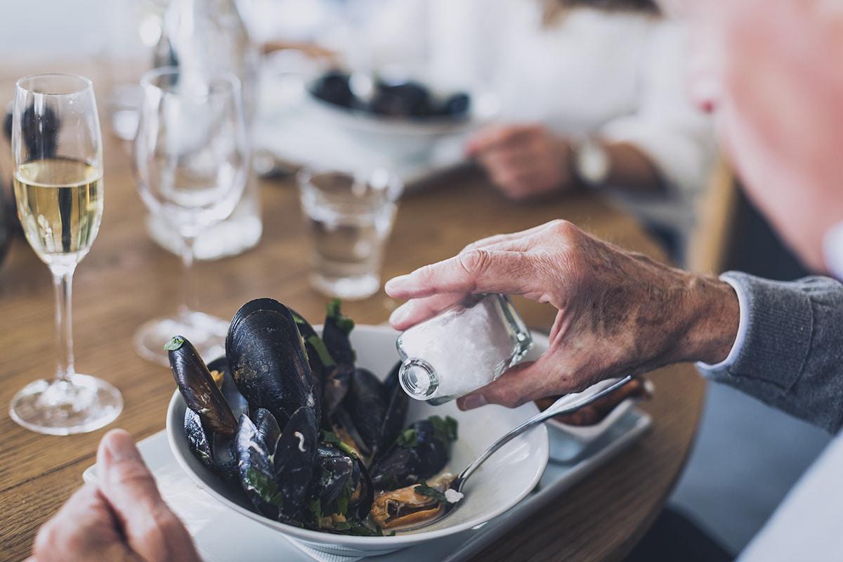 Man äter musslor på restaurang och hotell Smögen Hafvsbad