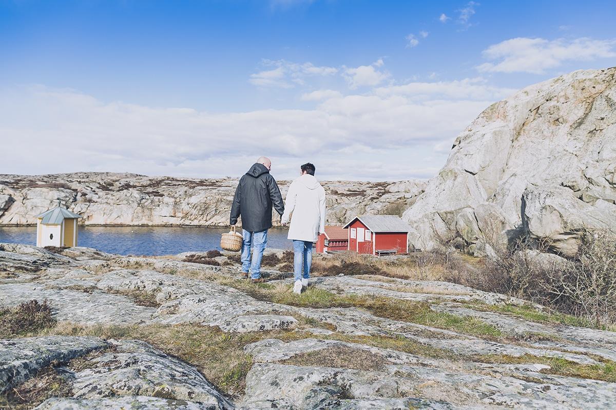 Ett par går bland klipporna intill makrillviken på Smögen - Sommarguide och att göra i Smögen