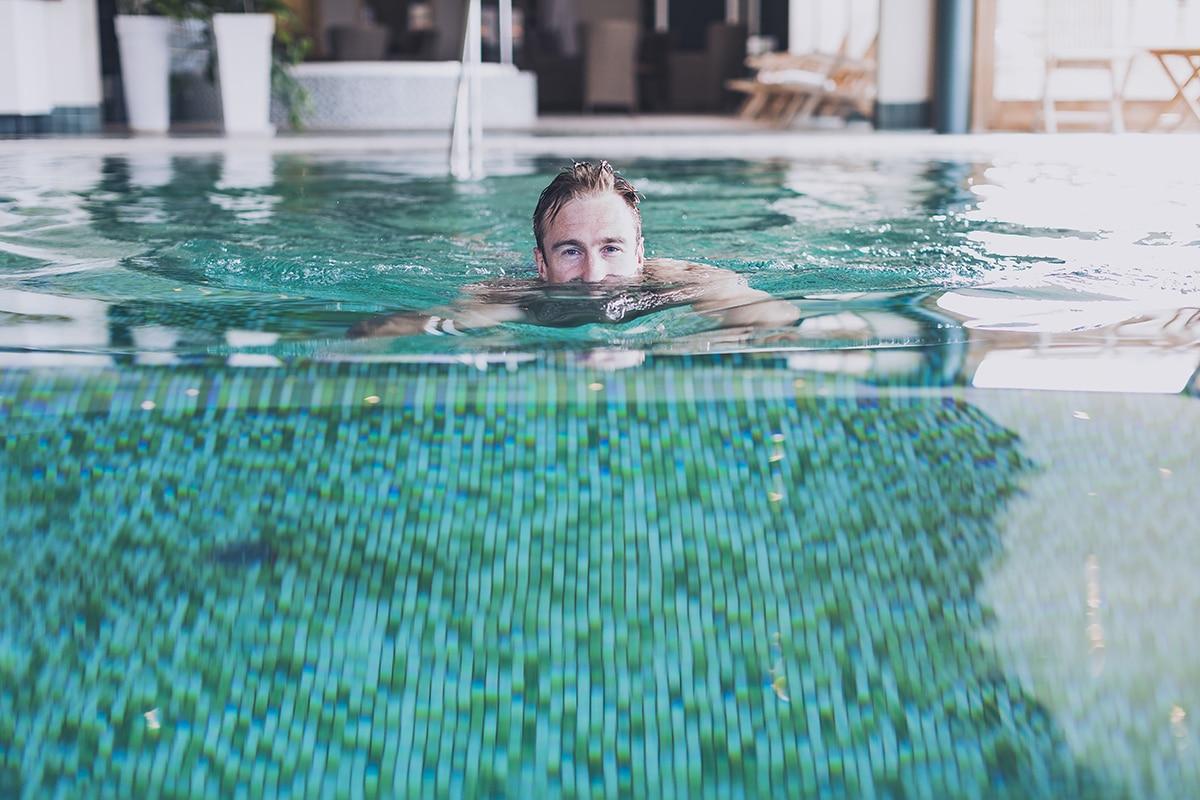 Man simmar i poolen på spaavdelningen på Smögens Hafvsbad dagspa