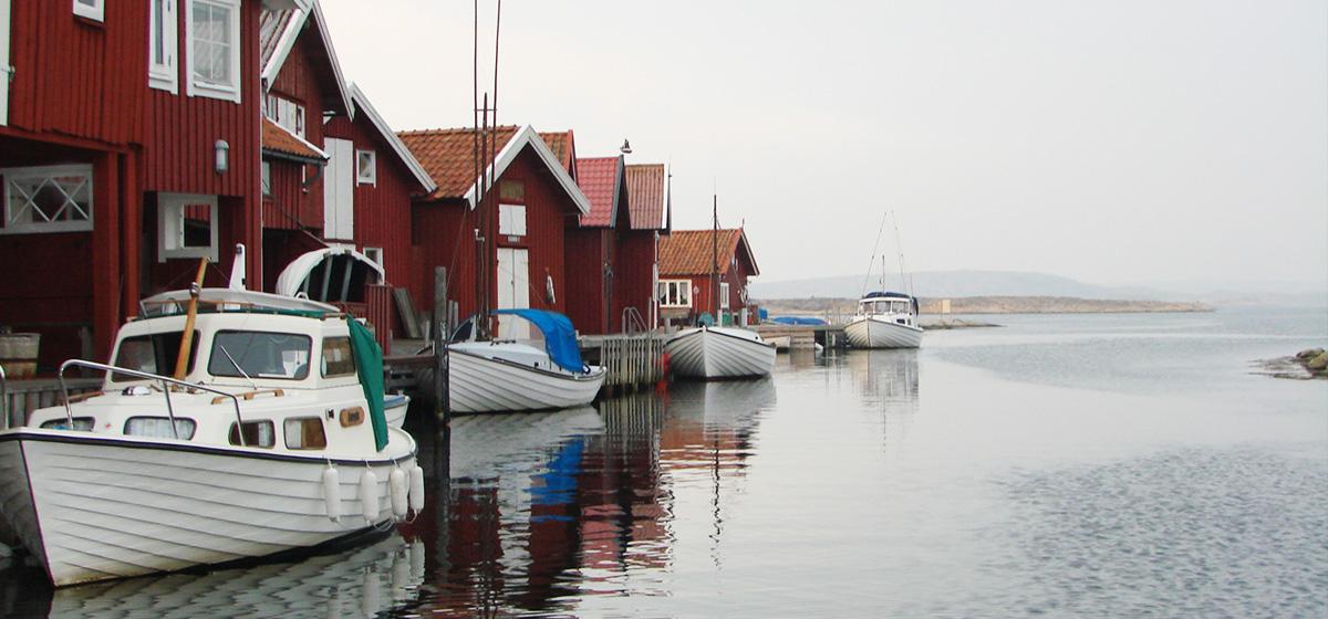 Sunnepina båtar och sjöbodar på Smögen
