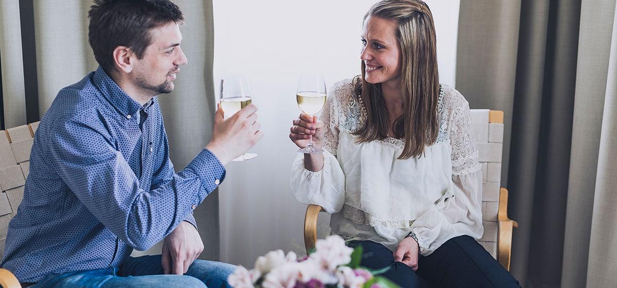 Par skålar med champagne på Smögens Hafvsbad
